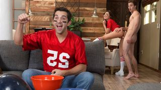 That babe copulates the pizza delivery dude during the time that her daddy watches the football game!